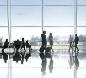 Grupp av affärsfolk i flygplatsen royaltyfria bilder