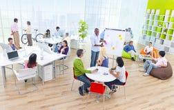 Grupp av affärsfolk i kontoret Arkivfoton