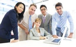 Grupp av affärsfolk möte Arkivbild