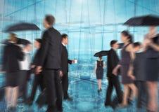 Grupp av affärsfolk med övergångsbakgrund och att rusa för paraplyer arkivbild