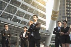 Grupp av affärsfolk med affärsmannen för ledarskap Concep royaltyfri bild