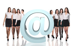 Grupp av affärsfolk med den stora mejlsymbolen Royaltyfria Foton