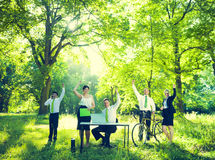 Grupp av affärsfolk med naturen Arkivbild