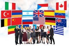 Grupp av affärsfolk och landsflaggor Royaltyfri Bild