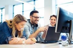 Grupp av affärsfolk och programvarubärare som i regeringsställning arbetar som ett lag arkivfoton