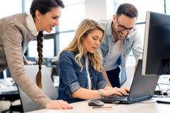 Grupp av affärsfolk och programvarubärare som i regeringsställning arbetar som ett lag royaltyfri foto