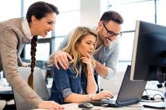 Grupp av affärsfolk och programvarubärare som i regeringsställning arbetar som ett lag royaltyfria foton