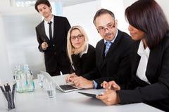 Grupp av affärsfolk på presentationen Arkivfoto