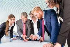 Grupp av affärsfolk som analyserar data arkivbilder