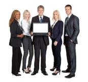 Grupp av affärsfolk som annonserar en ny bärbar dator arkivfoto