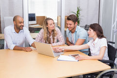 Grupp av affärsfolk som använder den minnestavladatoren och bärbara datorn Royaltyfria Foton