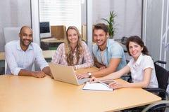 Grupp av affärsfolk som använder den minnestavladatoren och bärbara datorn Royaltyfri Bild