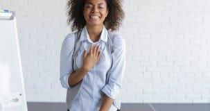 Grupp av affärsfolk som applåderar Congradulating den lyckliga afrikansk amerikanaffärskvinnan With Successful Speech under stock video