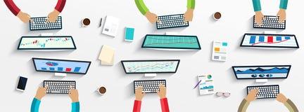 Grupp av affärsfolk som arbetar genom att använda digitala apparater på bärbara datorer, datorer stock illustrationer