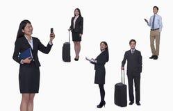 Grupp av affärsfolk som arbetar och att ta foto som smsar, studioskott, full längd Royaltyfria Foton