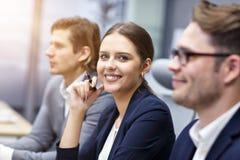 Grupp av affärsfolk som deltar i en konferens arkivbild