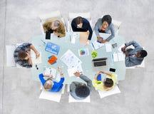 Grupp av affärsfolk som diskuterar affärsfrågor arkivfoto