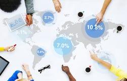Grupp av affärsfolk som diskuterar den globala marknaden Arkivfoto