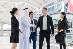 Grupp av affärsfolk som diskuterar idéer för affärsframtid mång- kultur av affärsfolk, afrikanen, caucasianen och asiatet royaltyfri fotografi
