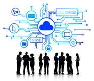 Grupp av affärsfolk som diskuterar molnberäkning royaltyfri illustrationer