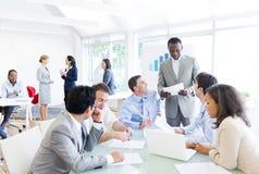 Grupp av affärsfolk som har ett möte