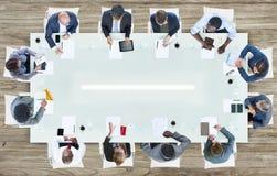 Grupp av affärsfolk som har ett möte Arkivbild