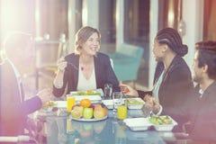 Grupp av affärsfolk som har frukosten tillsammans Arkivbilder