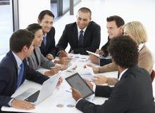 Grupp av affärsfolk som har möte i regeringsställning arkivfoton