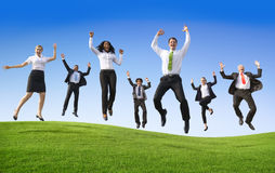 Grupp av affärsfolk som hoppar på kullen royaltyfria bilder