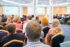 Grupp av affärsfolk som lyssnar på konferensen Se mer i min portfölj Royaltyfria Bilder