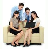 Grupp av affärsfolk som möter bärbar dator Arkivbilder