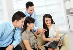 Grupp av affärsfolk som möter bärbar dator Arkivbild