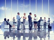 Grupp av affärsfolk som möter begrepp Arkivbild