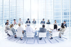 Grupp av affärsfolk som möter i kontoret