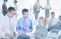 Grupp av affärsfolk som möter konferensbegrepp arkivbilder