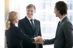 Grupp av affärsfolk som rymmer händer i en hög arkivfoto
