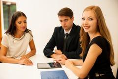 Grupp av affärsfolk som söker för lösningen med brainstormi Arkivfoton