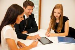 Grupp av affärsfolk som söker för lösningen med brainstormi Royaltyfri Foto