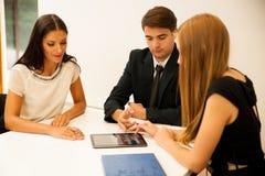 Grupp av affärsfolk som söker för lösningen med brainstormi Arkivfoto