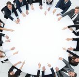 Grupp av affärsfolk som sitter på den runda tabellen Affärsidéen royaltyfri bild