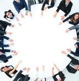 Grupp av affärsfolk som sitter på den runda tabellen Affärsidéen arkivfoton
