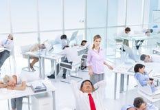 Grupp av affärsfolk som sover i kontoret Arkivbild