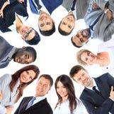 Grupp av affärsfolk som står i bråte Arkivfoton