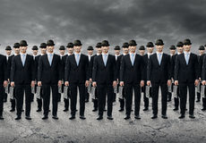 Grupp av affärsfolk som står i ett rått arkivfoto