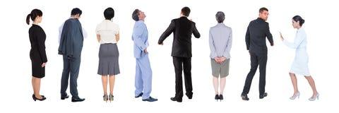 Grupp av affärsfolk som står med vit bakgrund arkivfoto