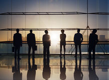 Grupp av affärsfolk som står på styrelsen royaltyfri foto