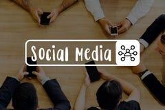 Grupp av affärsfolk som tillsammans sätter socialt massmedia för händer - royaltyfria foton