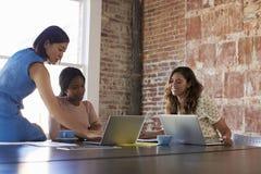 Grupp av affärskvinnor som tillsammans arbetar i styrelse Royaltyfria Bilder