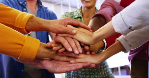 Grupp av affärsledare med handbunten stock video