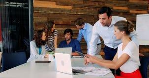 Grupp av affärsledaren som i regeringsställning arbetar lager videofilmer
